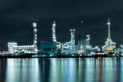 Flod- och oljeraffinaderifabrik med reflexion i Bangkok, Thail Arkivfoto