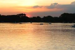 Flod och solljus, solnedgång för Royaltyfri Fotografi