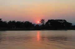 Flod och solnedgång Arkivbild