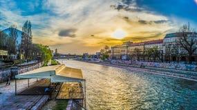 Flod och solnedgång Arkivbilder