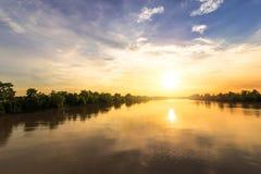 Flod och solnedgång med ett moln arkivbild
