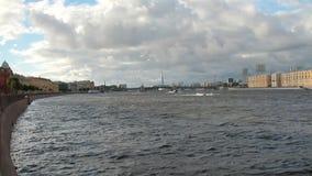 Flod och stad petersburg russia st arkivfilmer