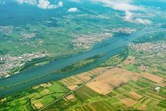 Flod och staden Royaltyfria Bilder