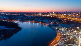 Flod- och stadsljus tidigt på morgonen arkivfoton