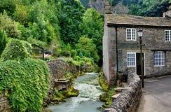 Flod och stuga i Castleton, Derbyshire Royaltyfria Foton