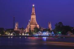 Flod och tempel Arkivfoto