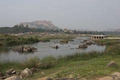 Flod och tempel i Hampi, Indien Arkivfoton