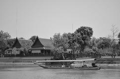Flod och thailändsk livsföring arkivbild