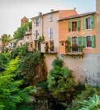 Flod och träd i Moustiers Sainte Marie Arkivbild