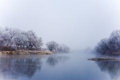 Flod på den dimmiga morgonen för nedgång Royaltyfri Fotografi