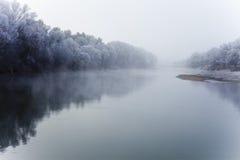 Flod på den dimmiga morgonen för nedgång Arkivbild
