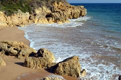 Flod på den portugisiska stranden royaltyfri bild