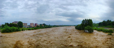 Flod på floden i Ivano-Frankivsk, Ukraina Royaltyfria Bilder