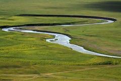 Flod på grässlätten Arkivbild
