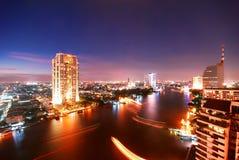 Flod på natten fotografering för bildbyråer