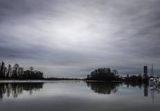 Flod på skymningen Fotografering för Bildbyråer