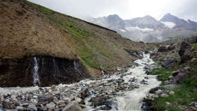 Flod på större Kaukasus bergskedja Royaltyfri Foto