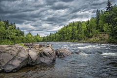 Flod på en molnig dag Royaltyfri Fotografi