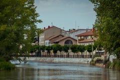 Flod Pisuerga och Aguilar de Campoo Palencia arkivfoton