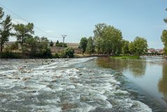 Flod Pisuerga, som den passerar till och med Aguilar de Campoo Palencia arkivfoton