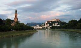 Flod Salzach med Kristuskyrkan Christuskirche på den vänster och Hohensalzburg fästningen på rätten Österrike salzburg royaltyfri bild