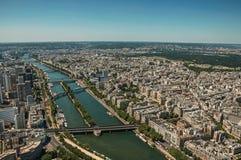 Flod Seine, grönska och byggnader i en solig dag som ses från Eiffeltornöverkanten i Paris Arkivbild