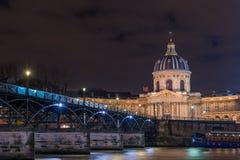 Flod Seine med Pont des Arts och Institut de France på natt I arkivfoto