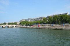 Flod Seine Paris med den röda Eiffeltorn arkivbild