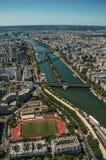 Flod Seine, sportfält och tak i en solig dag som ses från Eiffeltornöverkanten i Paris Royaltyfria Foton