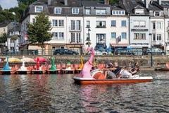 Flod Semois med familjen som kopplar av i pedalo i belgisk buljong arkivfoto