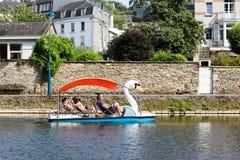 Flod Semois med familjen som kopplar av i pedalos i belgisk buljong arkivfoton