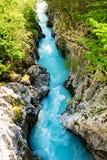 Flod Soca som skriver in den smala delen av strömmen Fotografering för Bildbyråer