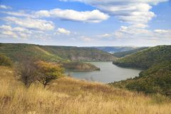 Flod som böjer på Autumn Landscape Arkivfoton