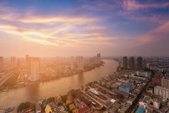 Flod som buktas över i stadens centrum horisont för stad Royaltyfri Foto