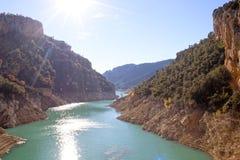 Flod som förbigår bergen med en lägre nivå än dagar sedan Royaltyfria Bilder