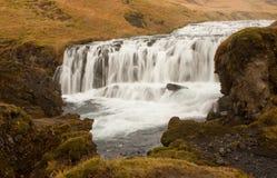 Flod som faller i forsar i Island Arkivfoton