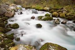 Flod som flödar över Briksdalenen Arkivbilder