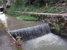 Flod som flödar nära knegbastionen, Rumänien, Transylvania, Brasov Arkivbild