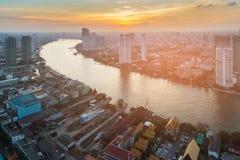 Flod som i city buktas över den Bangkok staden Royaltyfria Foton