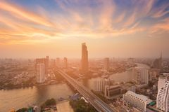 Flod som i city buktas med stadsaffär Royaltyfria Bilder