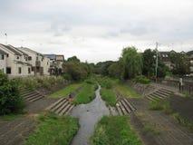 Flod som kör till och med stadsområde i Tokyo, Japan arkivfoto