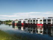 Flod som kryssar omkring fartyget i Strasbourg på varm sommardag - ms Sound Royaltyfria Bilder
