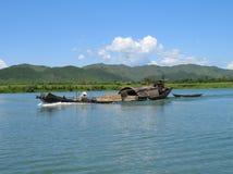 Flod som muddrar fartyget - Vietnam Royaltyfria Bilder