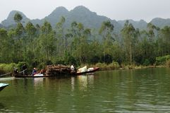 Flod som parfymerar pagoden i Hanoi, Vietnam, Asien Royaltyfri Bild