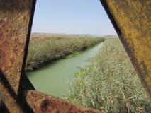 Flod som ses från däcket av en gammal järnväg Arkivfoton