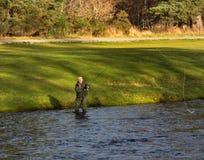 Flod Spey, invigningsdag av fiskesäsongen 2014. Arkivbilder