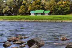 Flod Spey och fiskekoja. Royaltyfria Bilder