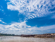 Flod, sten och blå himmel Arkivbilder