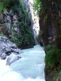 Flod till och med den Aareschlucht klyftan Royaltyfria Bilder