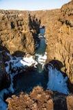 Flod till och med en kanjon i vinter royaltyfria foton